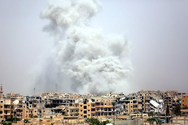 De la fumée s'élève au-dessus de Raqqa après... (PHOTO DELIL SOULEIMAN, AGENCE FRANCE-PRESSE)