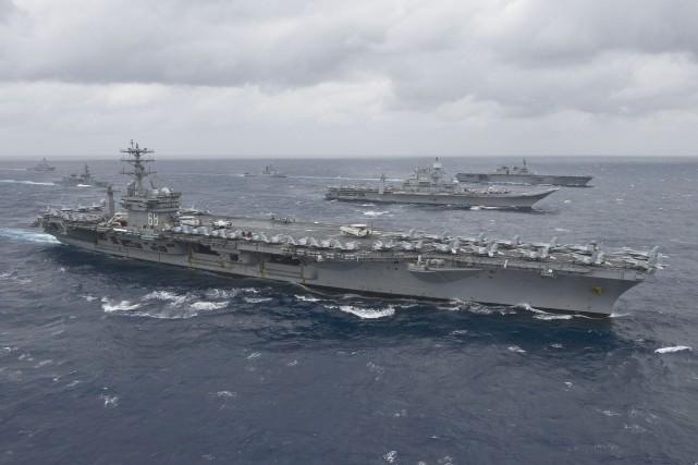 Le porte-avions américainNimitz... (PHOTO ARCHIVES AFP/MARINE AMÉRICAINE)