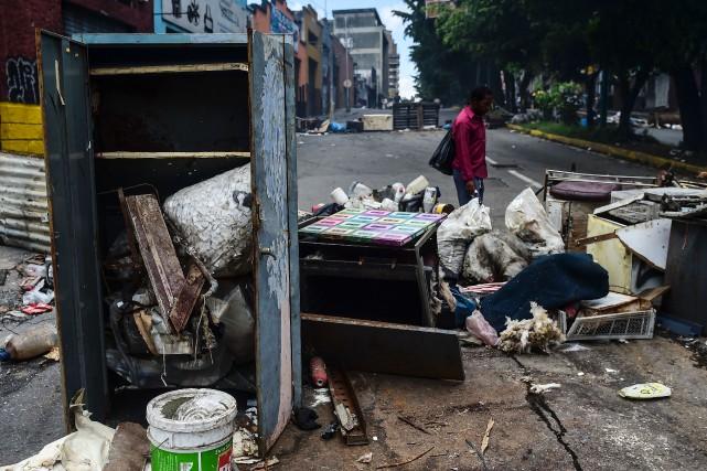 Quelques poignées d'irréductibles défiaient l'interdiction de manifester décrétée... (PHOTO RONALDO SCHEMIDT, AFP)
