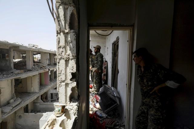 Des membres desForces démocratiques syriennes à Raqa... (AFP, Delil Souleiman)