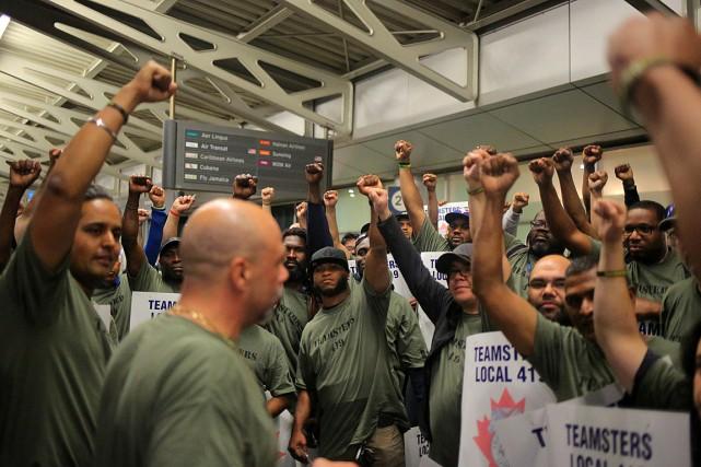 Des membres de la section419 des Teamsters ont... (PHOTO CHRIS HELGREN, REUTERS)