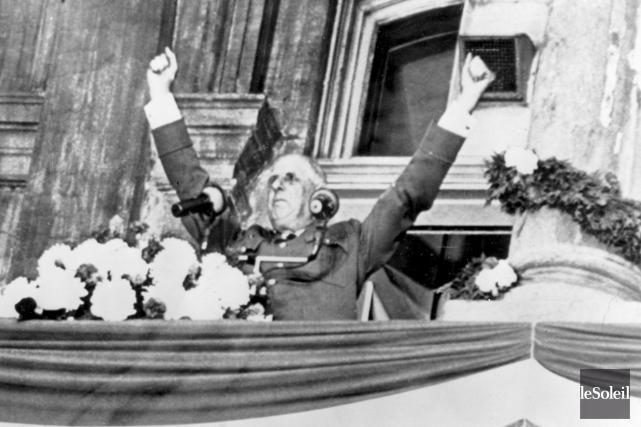 Charles deGaulle, sur le balcon de l'hôtel de... (Photothèque Le Soleil)