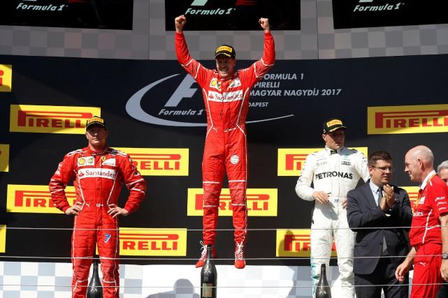 Sebastian Vettel saute de joie, lui qui est... (Photo Laszlo Balogh, REUTERS)