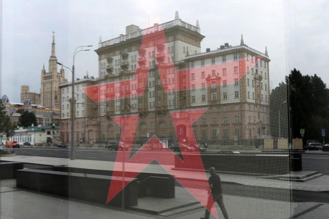 Le reflet de l'ambassade des États-Unis à Moscou... (PHOTO TATYANA MAKEYEVA, REUTERS)