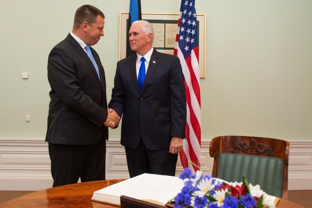 Le vice-président américain Mike Pence a été accueilli... (PHOTO AFP)