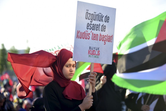 Des manifestants pro-Palestine sont sortis dans les rues... (AFP, Yasin Akgul)