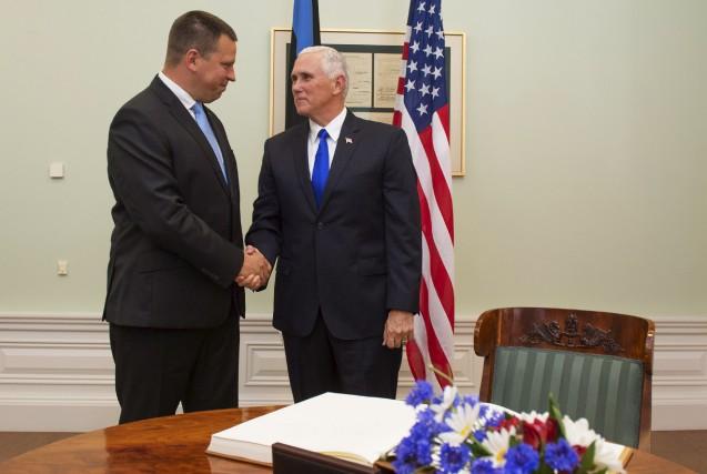 Le premier ministre estonien Juri Ratas (à gauche)... (AFP, Raigo Pajula)