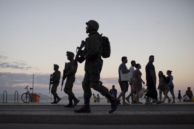 Le déploiement de militaires à Rio de Janeiro... (AP, Leo Correa)