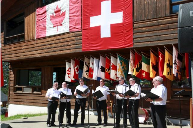 De nombreux drapeaux helvétiques décoraient samedi la route... (Catherine Trudeau)