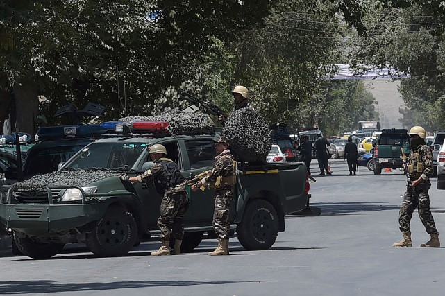 Des membres des forces spéciales afghanes surveillent le... (PHOTO SHAH MARAI, AGENCE FRANCE-PRESSE)
