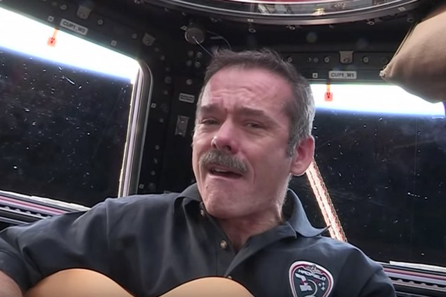 L'astronaute Chris Hadfield interprétant en direct de l'espace... (IMAGE TIRÉE DE YOUTUBE)