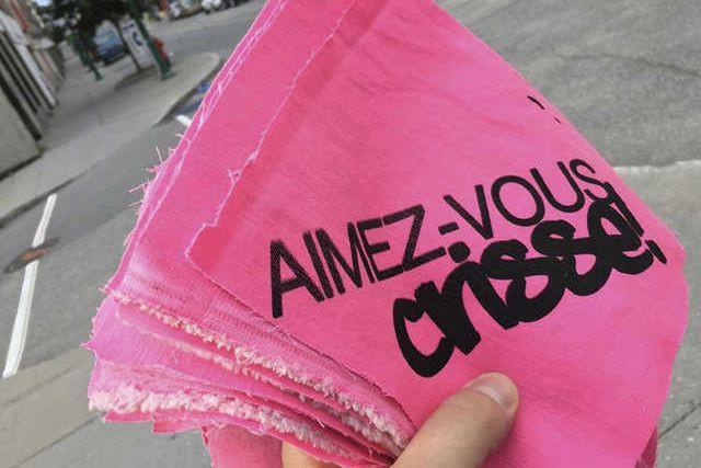 L'artiste caarl a distribué des étiquettes arborant le slogan « Aimez-vous... (Photo fournie)