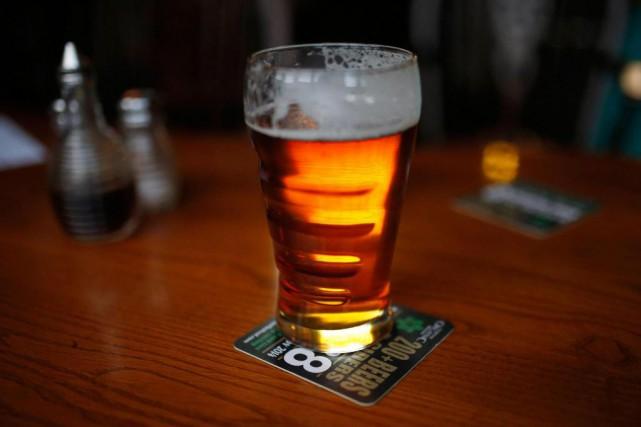 Les Montréalais anglophones consomment de l'alcool de manière plus excessive... (PHOTO REUTERS)