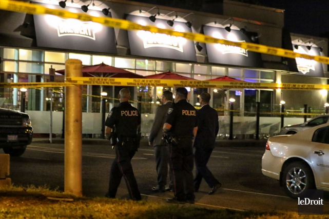 Les policiers ont établi un périmètre de sécurité... (Patrick Woodbury, Le Droit)