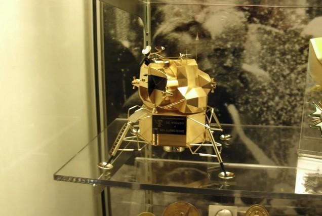 Une réplique en or massif du module lunaire... (AFP, Wapakoneta Police Department)
