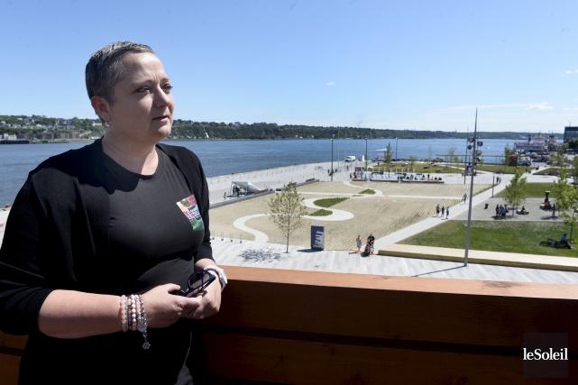 Élisabeth Farinacci regarde la Place des canotiers, l'un... (Le Soleil, Jean-Marie Villeneuve)