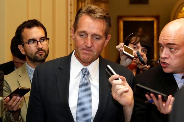 Le sénateur Jeff Flake conseille ouvertement aux républicains... (ARCHIVES REUTERS)