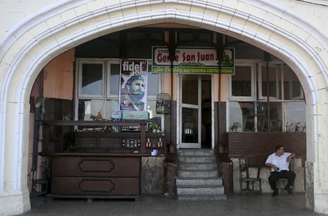 Selon des données officielles, 567 982 Cubains travaillent... (AP, Enric Marti)