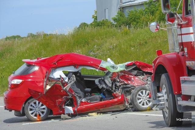 Une collision entre une automobile et un camion... (Photo Le Quotidien, Gimmy Desbiens)