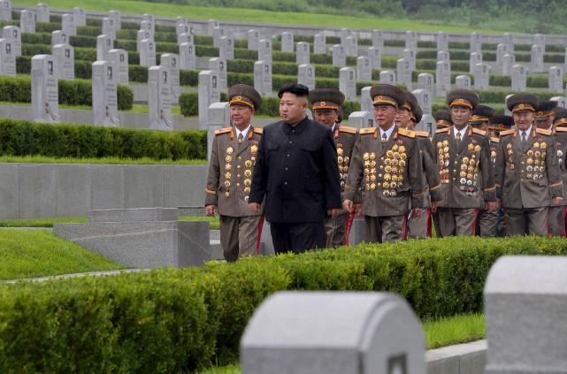 Le leader nord-coréen Kim Jong-Un (vêtu de noir)... (AFP)