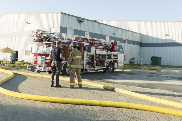 Les pompiers de Sherbrooke ont combattu un incendie... (Spectre Média, Marie-Lou Béland)