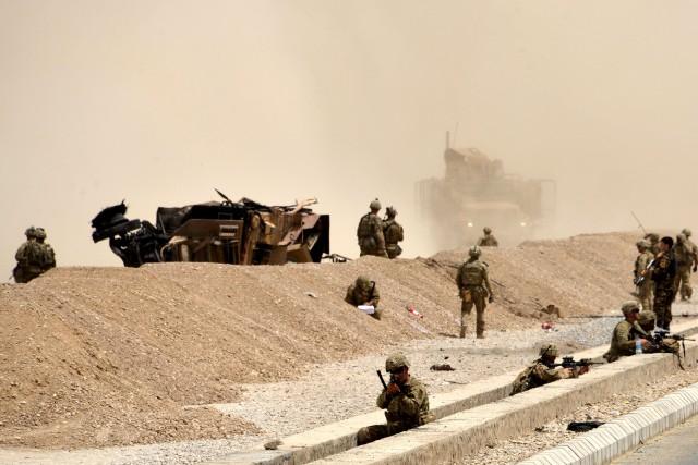 Le convoi comportait trois véhicules quand il a... (PHOTO JAVED TANVEER, AFP)