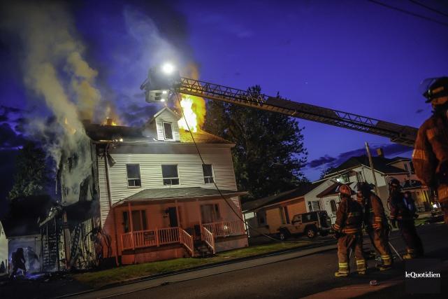 L'incendie sur la rue Price a été rapporté... (Photo LE QUOTIDIEN - Gimmy Desbiens)