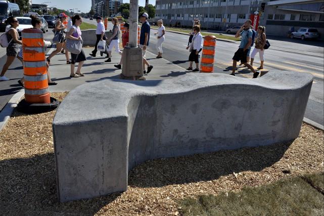L'installation de murets de béton devant le CHUL... (Le Soleil, Patrice Laroche)