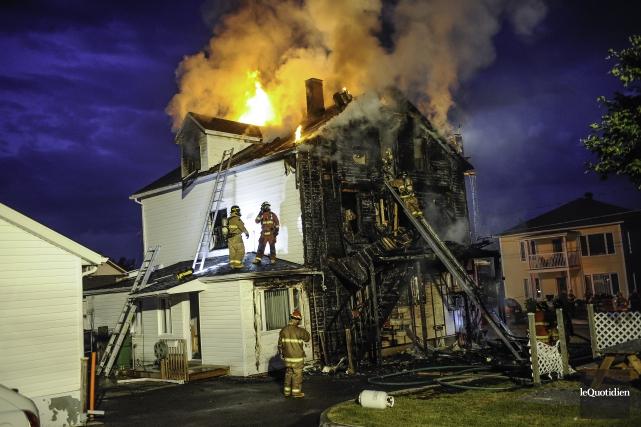 Le feu s'est déclenché vers 3h du matin... (Photo Le Quotidien, Gimmy Desbiens)