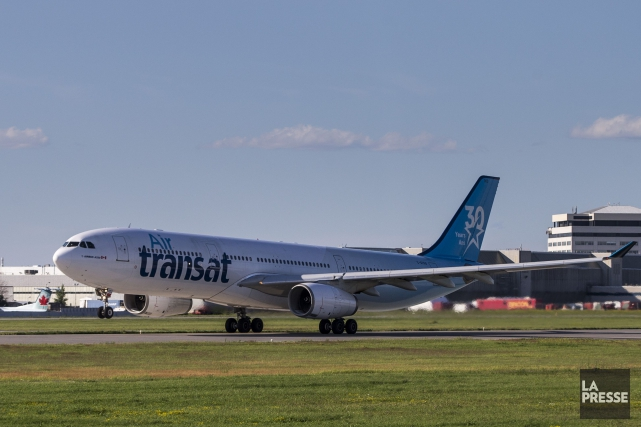 Des passagers d'un vol d'Air Transat qui arrivait... (PHOTO HUGO-SÉBASTIEN AUBERT, LA PRESSE)
