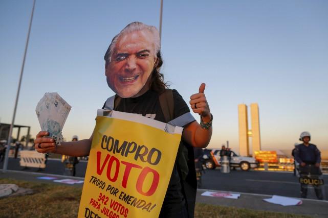 Un manifestant contre le président brésilien Michel Temer... (AFP, Sergio Lima)