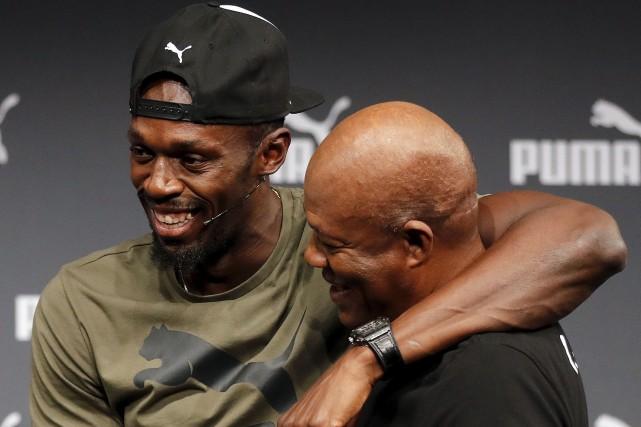 Usain Bolt enlace son père Wellesley lors d'un... (AP, Frank Augstein)
