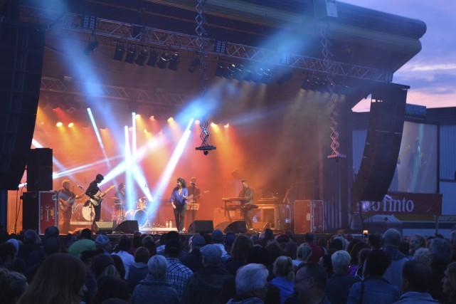 Jeanick Fournier et ses musiciens ont lancé les... (Photo Le Quotidien, Dominique Gobeil)