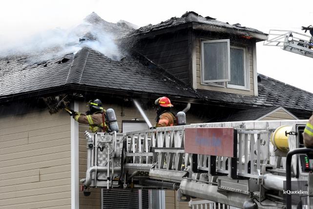 Une trentaine de pompiers se sont déplacés sur... (Photo Le Quotidien, Rocket Lavoie)
