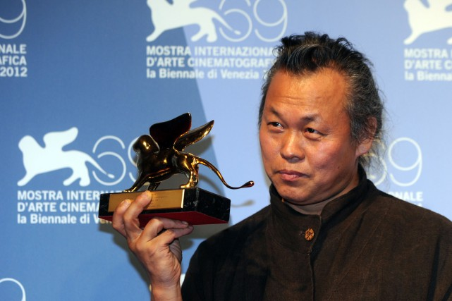 Kim Ki-duk pose avec son Lion d'Or remporté à... (ARCHIVES AFP)