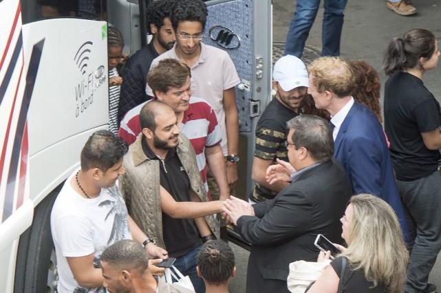 Le maire Denis Coderre accueille des demandeurs d'asile... (La Presse canadienne, Ryan Remiorz)