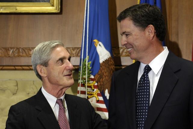 Robert Mueller et James Comey, l'ancien directeur du... (ARCHIVES AP)