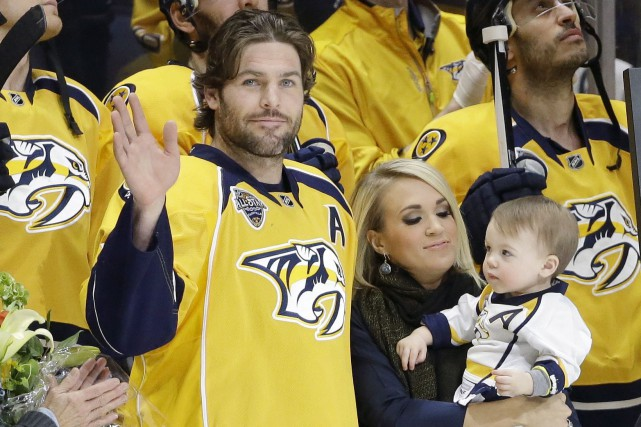 Mike Fisher, accompagné de sa femme Carrie Underwood... (Archives AP, Mark Humphrey)