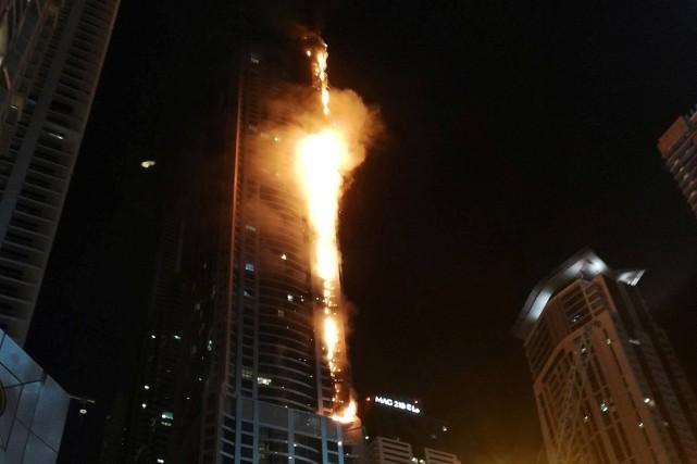 L'incendie qui a affecté la partie supérieure de... (PHOTO MITCH WILLIAMS, REUTERS/SOCIAL MEDIA WEBSITE)
