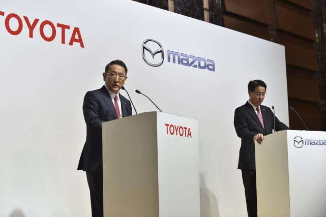 Le président de Toyota, Akio Toyoda (à gauche),... (Agence France-Presse)