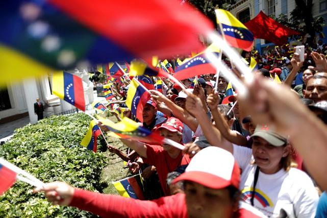 Des partisans du président Nicolas Maduro ont manifesté... (PHOTO UESLEI MARCELINO, REUTERS)