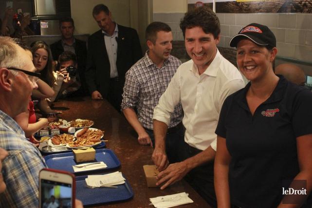 Justin Trudeau a servi quelques poutines aux visiteurs.... (Martin Brunette, Le Droit)