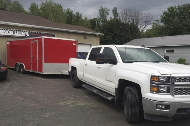 La camionnette blanche et la remorque rouge étaient... (fournie)