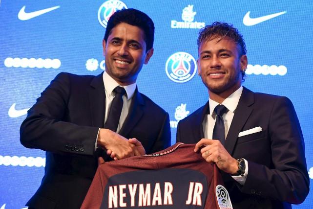 L'attaquant brésilien Neymar (à droite) est officiellement devenu... (Photo Lionel Bonaventure, archives Agence France-Presse)
