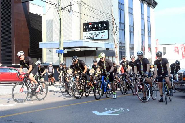 Les participants à la randonnée cycliste des Cols... (Le Progrès, Rocket Lavoie)