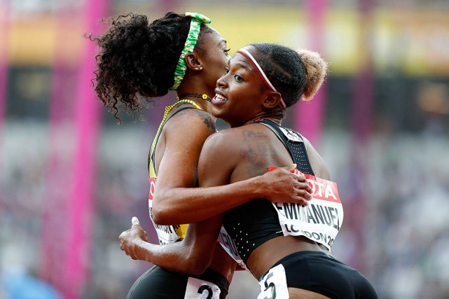 Crystal Emmanuel félicite Elaine Thompson, qui l'a devancée... (PHOTO LUCY NICHOLSON, REUTERS)