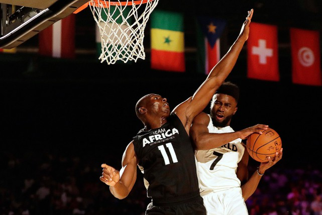 Bismack Biyombo tente de bloquer le tir de... (PHOTO THEMBA HADEBE, ASSOCIATED PRESS)