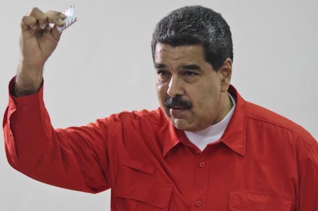 Le président vénézuélien Nicolas Maduro aux urnes, dimanche... (Archives AP)