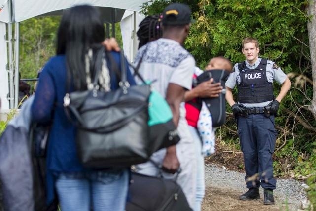 Des douaniers de partout au pays arrivent pour... (AFP, Geoff Robins)