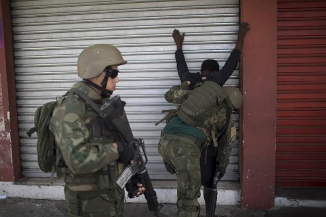 Toute personne quittant la favelade Lins était minutieusement... (AP, Leo Correa)